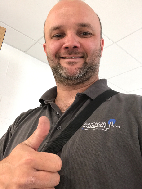 Pawel-installer---head-and-shoulders-thumbs-up-photo